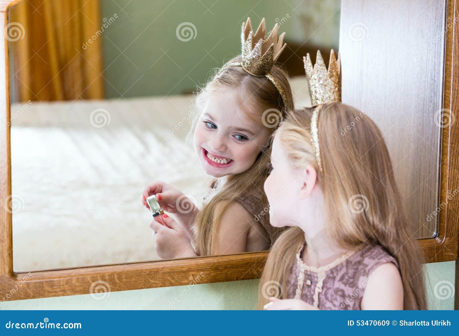 La petite princesse regarde dans le miroir