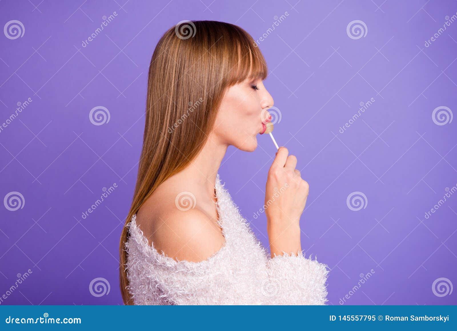 La photo de vue de côté de profil du calme chic chic d amour de hippie millénaire rêveur rêveur d amant paisible apprécient la pr