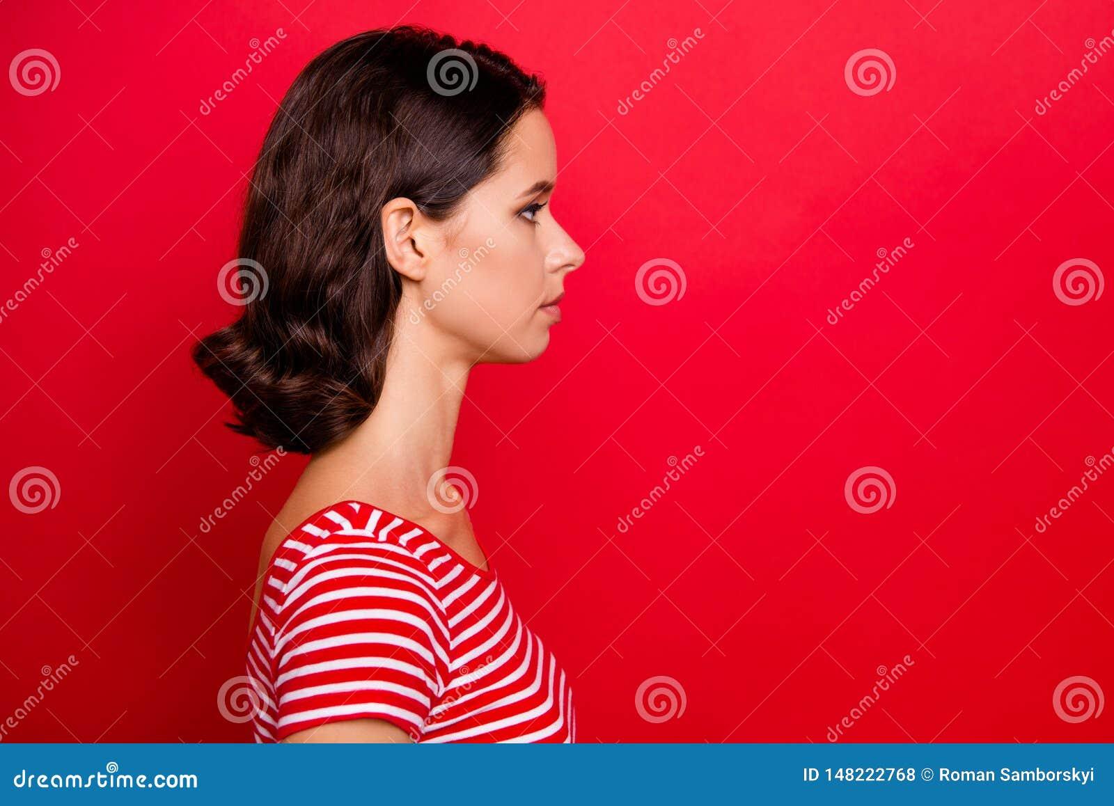 La photo de vue de côté de profil du travail prêt concentré de jolie dame avec du charme résoudre le calme paisible de belle sens