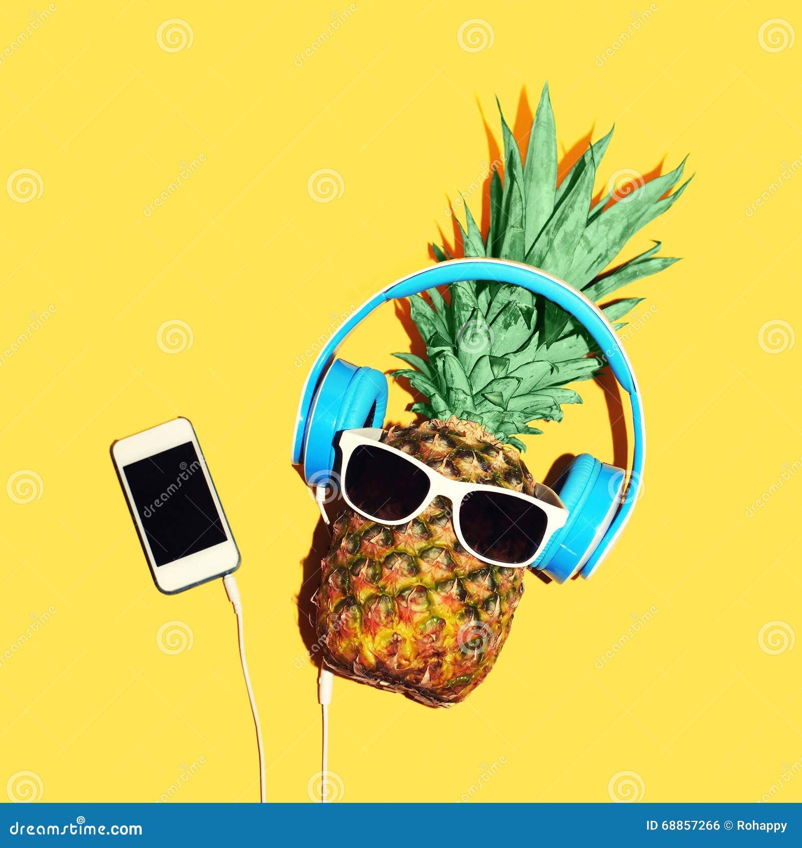 Con Los Auriculares Gafas Moda Sol Y Piña La Escucha De Las dQrtsh