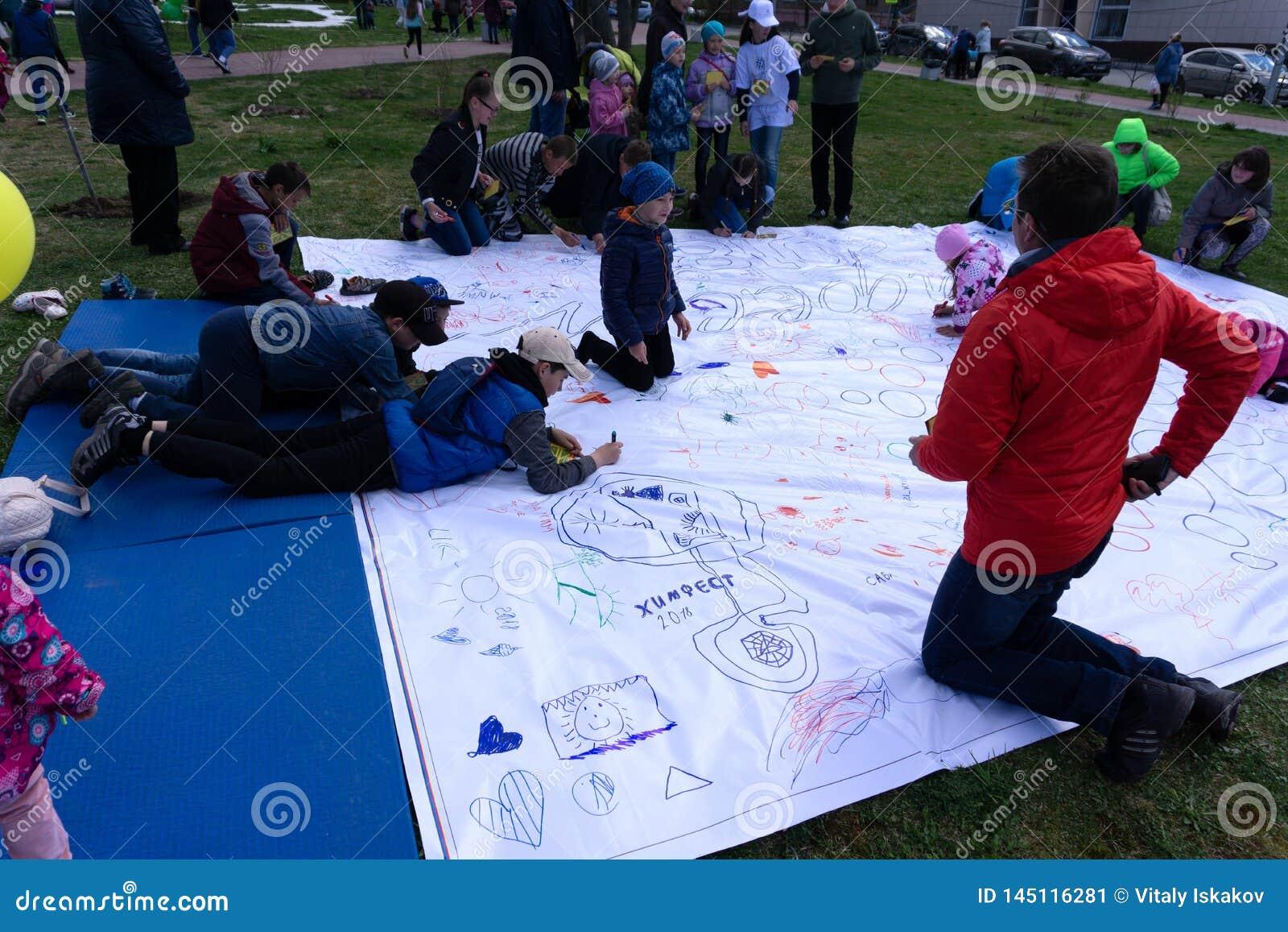 La piccola bella ragazza dipinge su apaper sul pavimento La Russia Berezniki 26 pu? 2019
