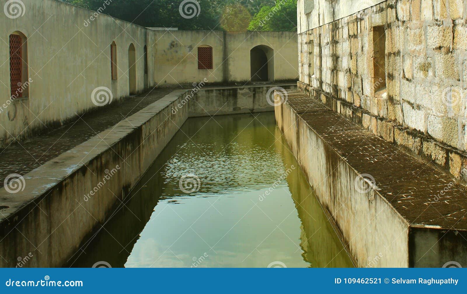 La piccola fossa della fortificazione di manora con le finestre del corridoio
