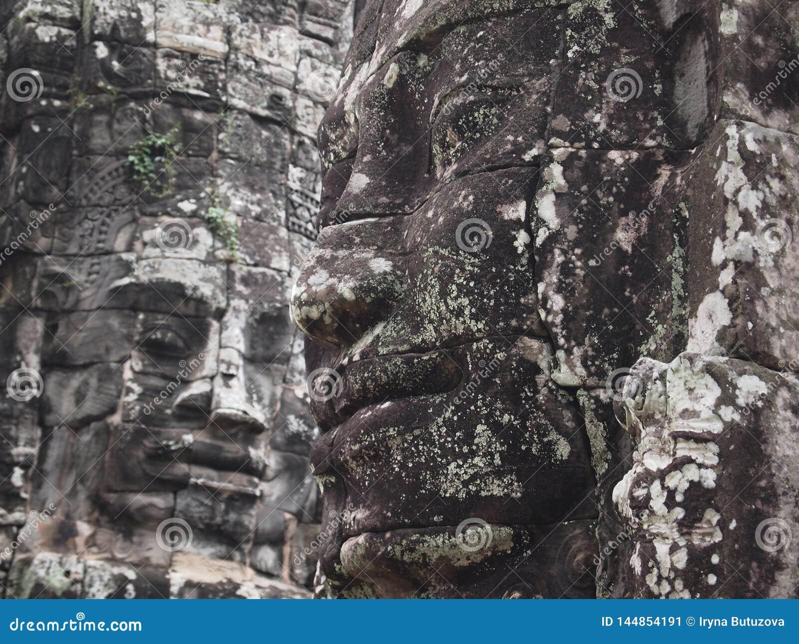 La piedra antigua Buda hace frente al primer