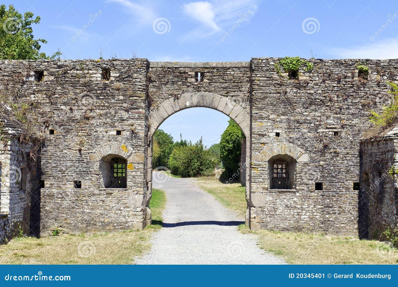 La piedra arquea la entrada del castillo fortificado