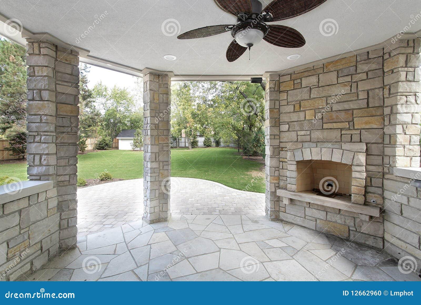 La piedra cubrió el patio