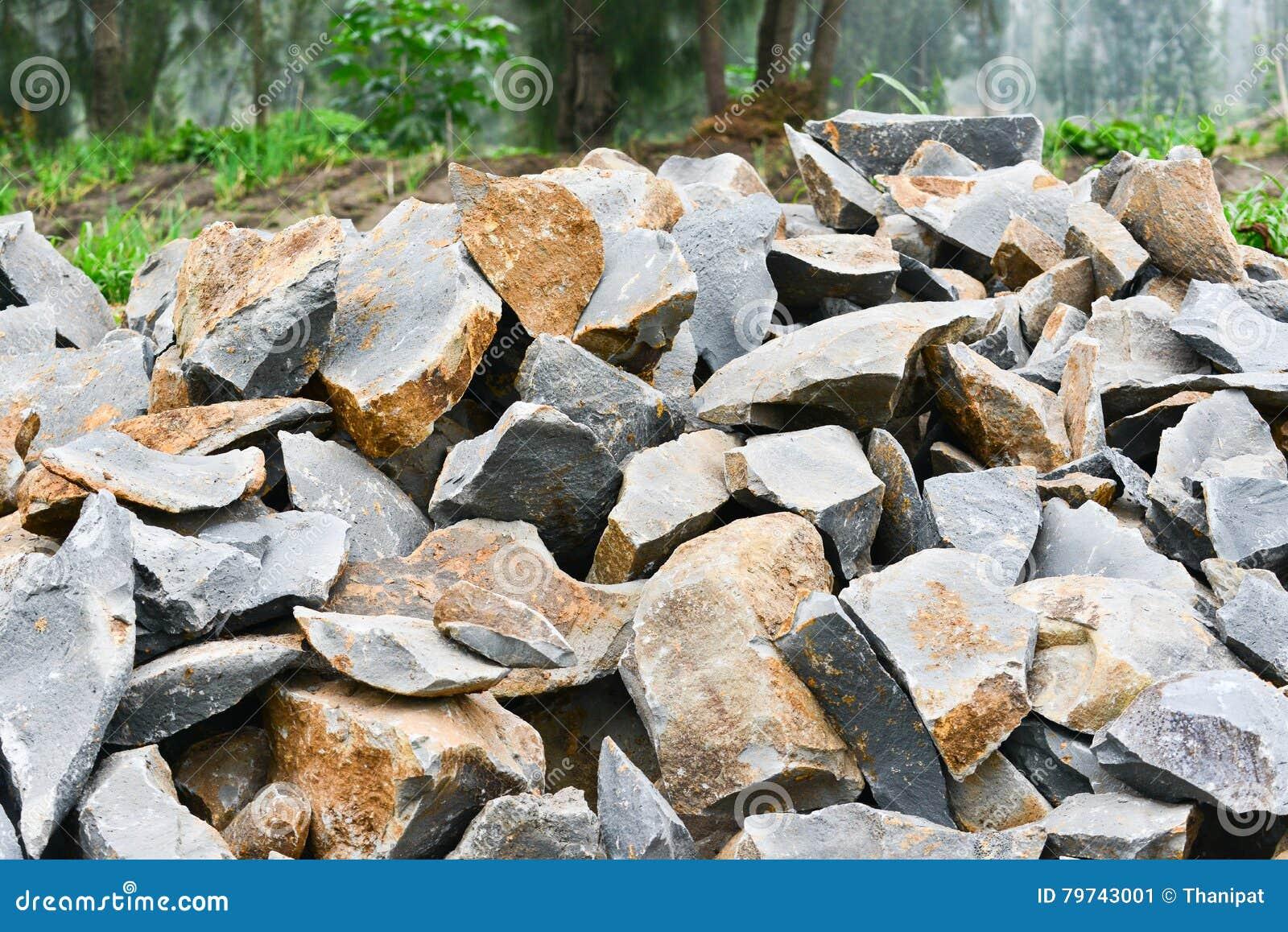 La piedra se está preparando para la construcción en el borde de la carretera