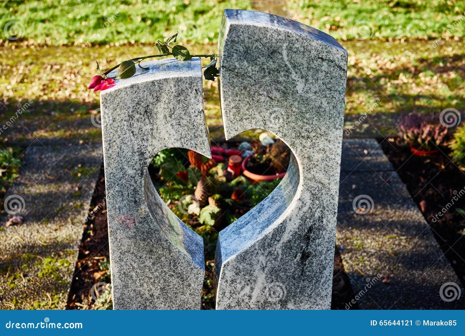 La pierre grave avec le coeur et défraîchie s est levée