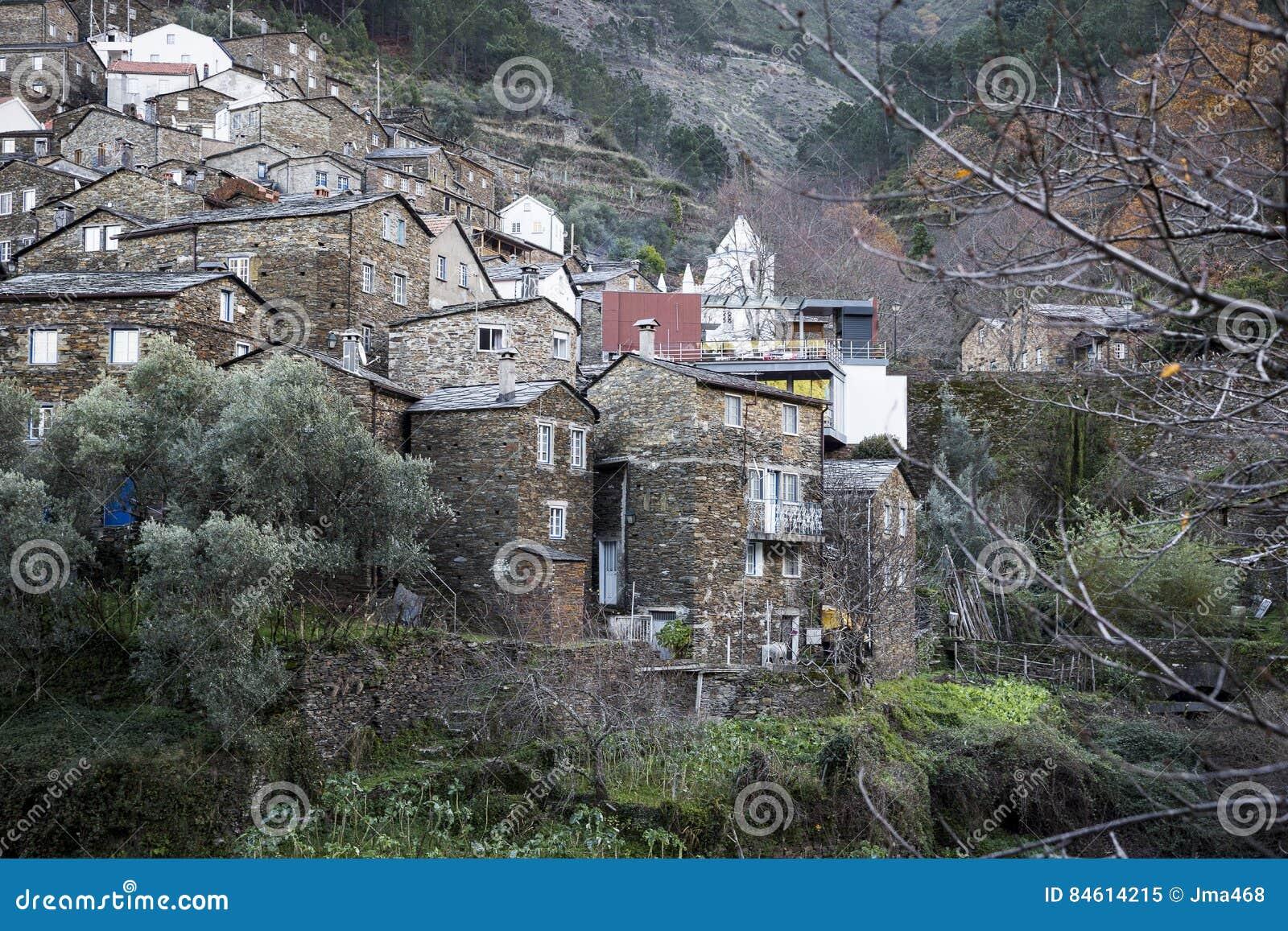 Case In Pietra Antiche : La pietra ha fatto le case antiche nel villaggio di piodão