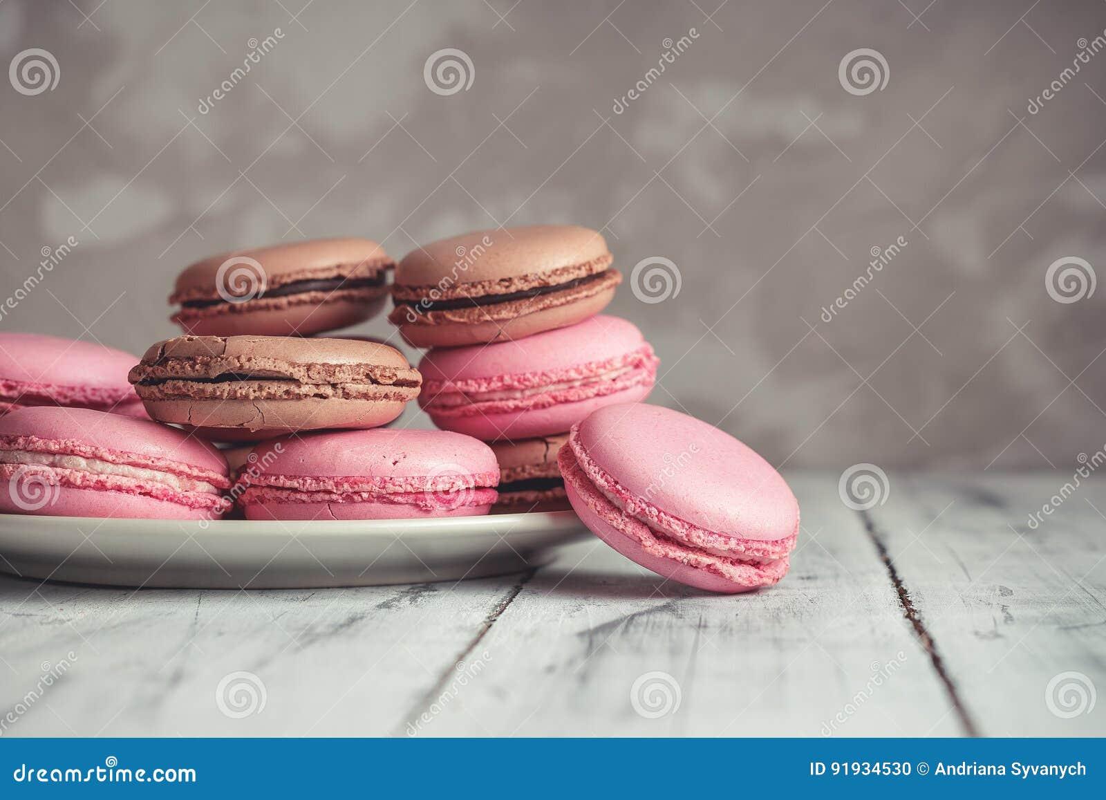 La pila de pastel de la frambuesa y del chocolate coloreó Macarons o Maca