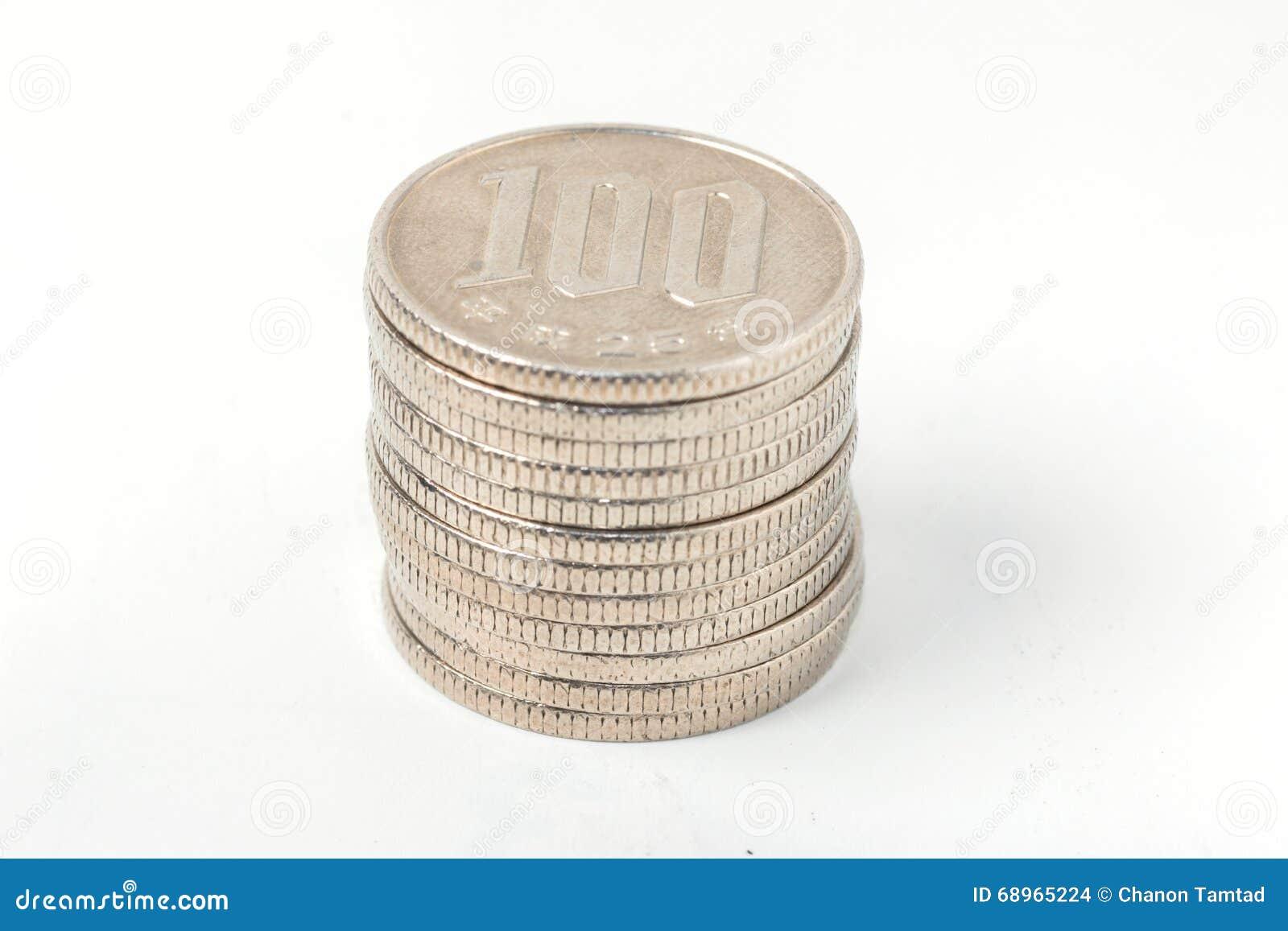 La pila de 100 yenes acuña el dinero japonés en el fondo blanco