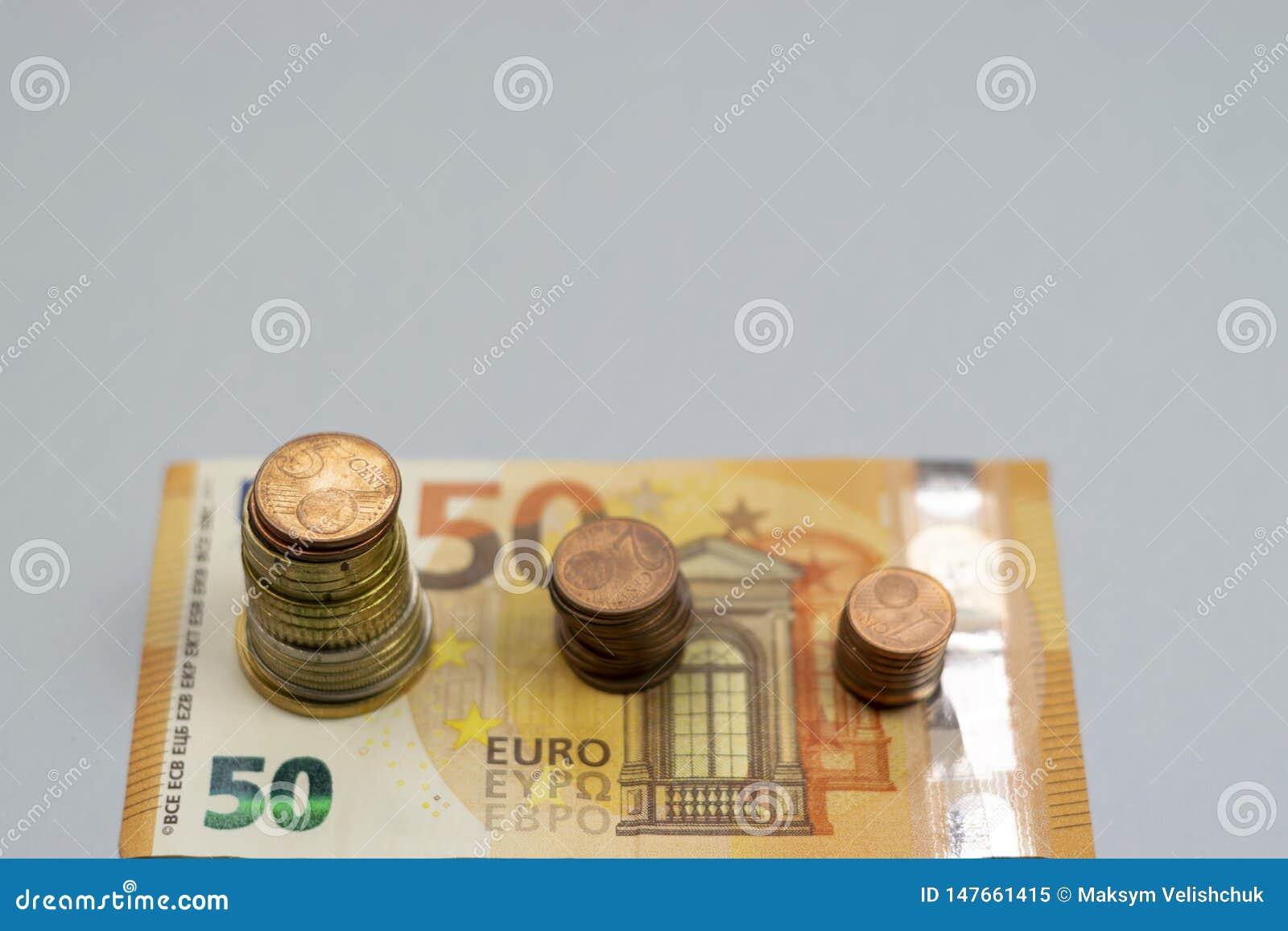 La pila del dinero intensifica el dinero creciente del ahorro del crecimiento, inversi?n empresarial financiera del concepto