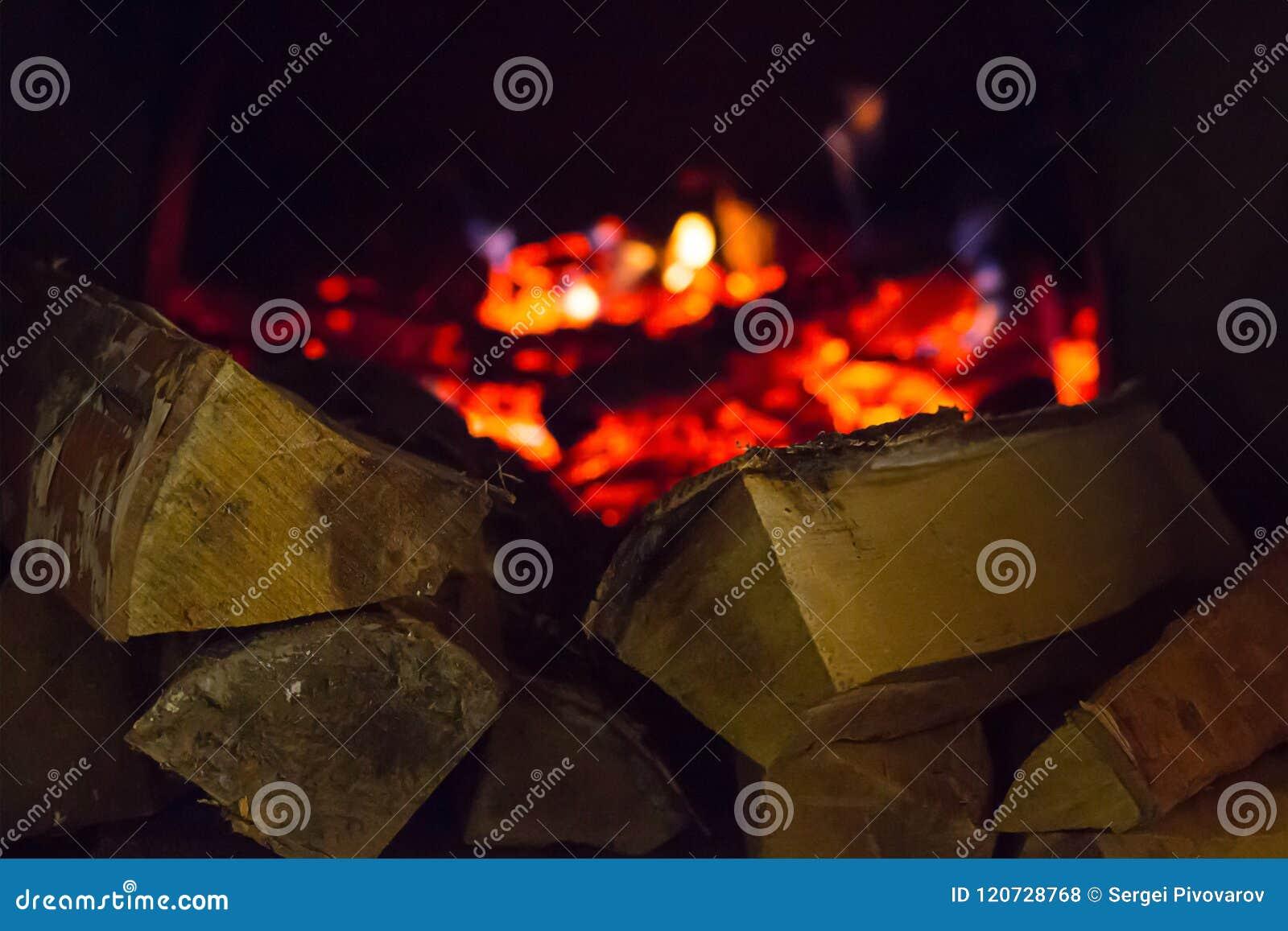 Foto Di Un Camino Acceso la pila di legna da ardere scheggiata ha acceso la luce