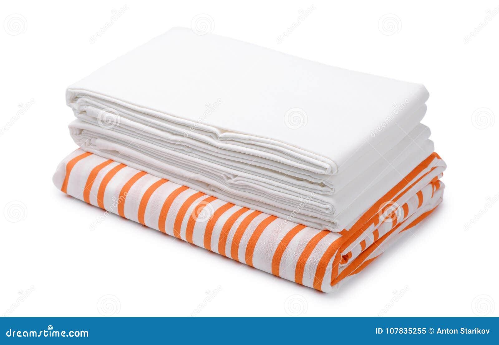 La pila di lettiera piegata di colore e di bianco riveste