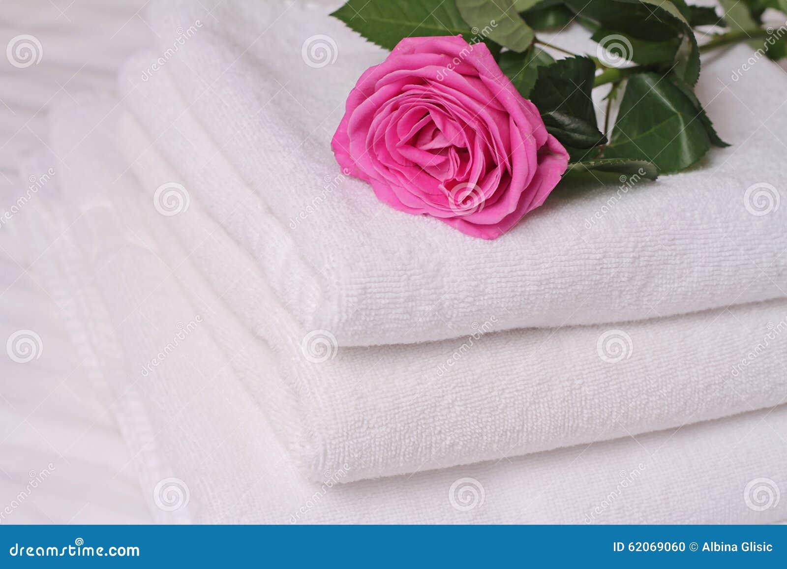 La pile de serviettes blanches et molles d'hôtel deocrated avec la ...