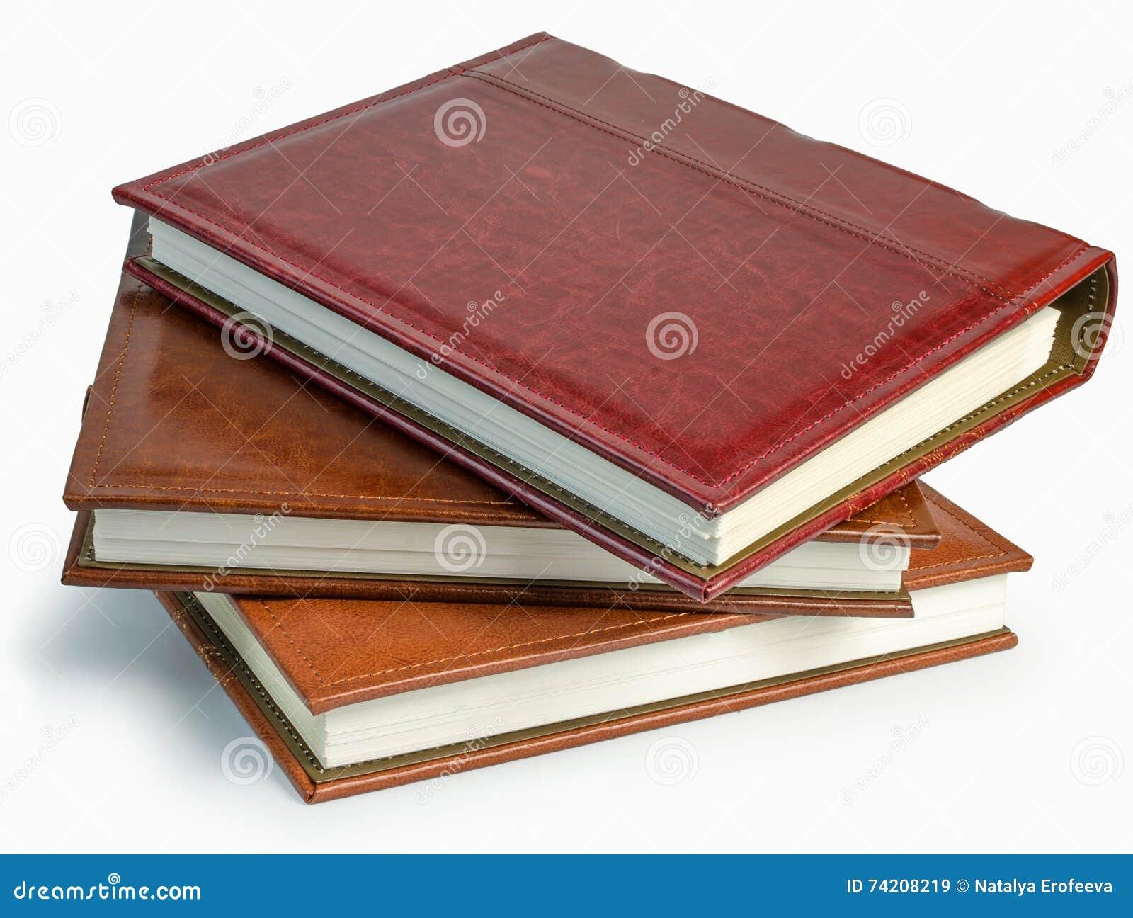 La pile de trois livres de photo sur le backround blanc