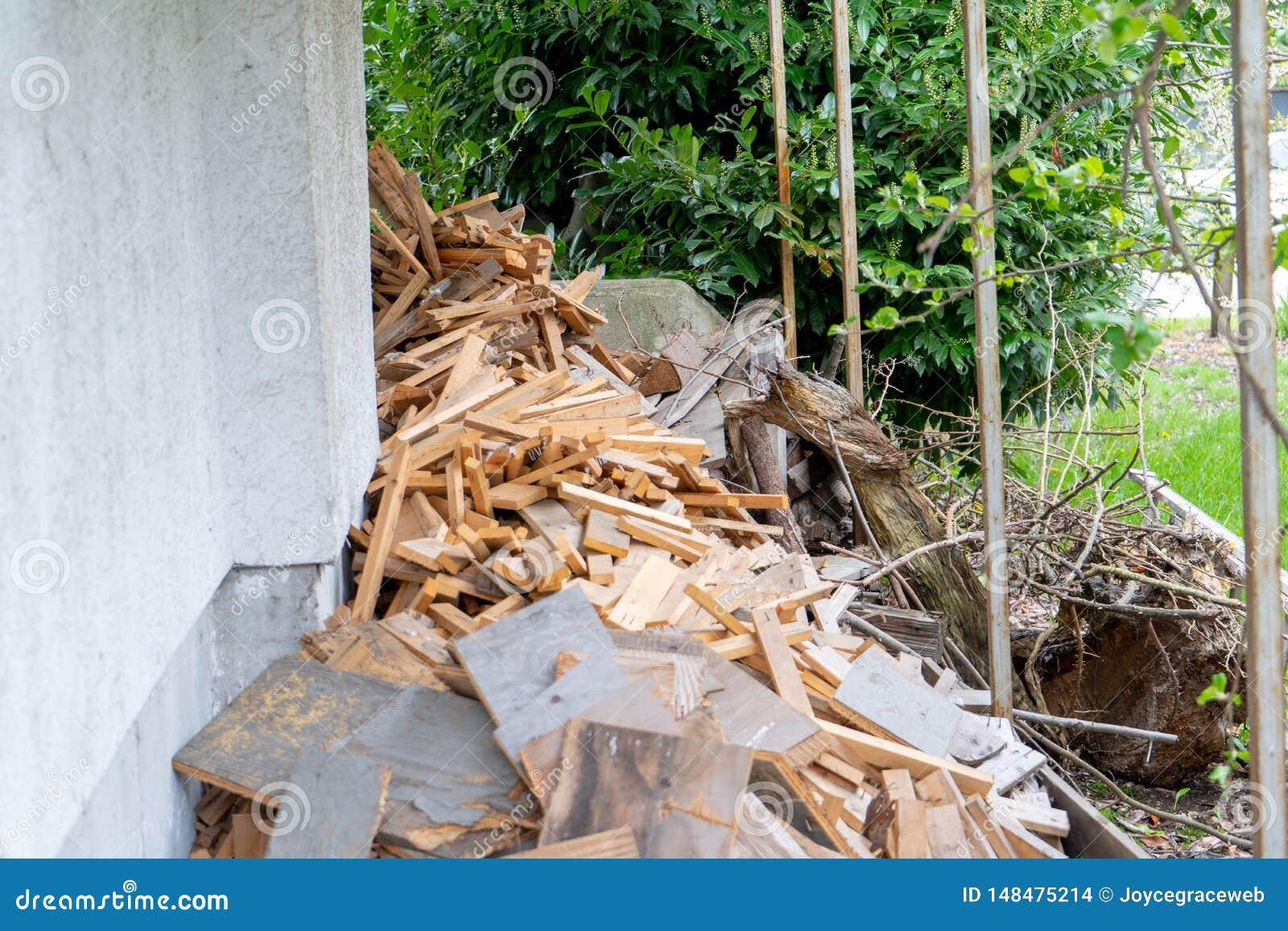 La pile des chutes en bois a coupé, ou prépare pour être réutilisée et les déchets réutilisés et ou autrement considérés d ordure