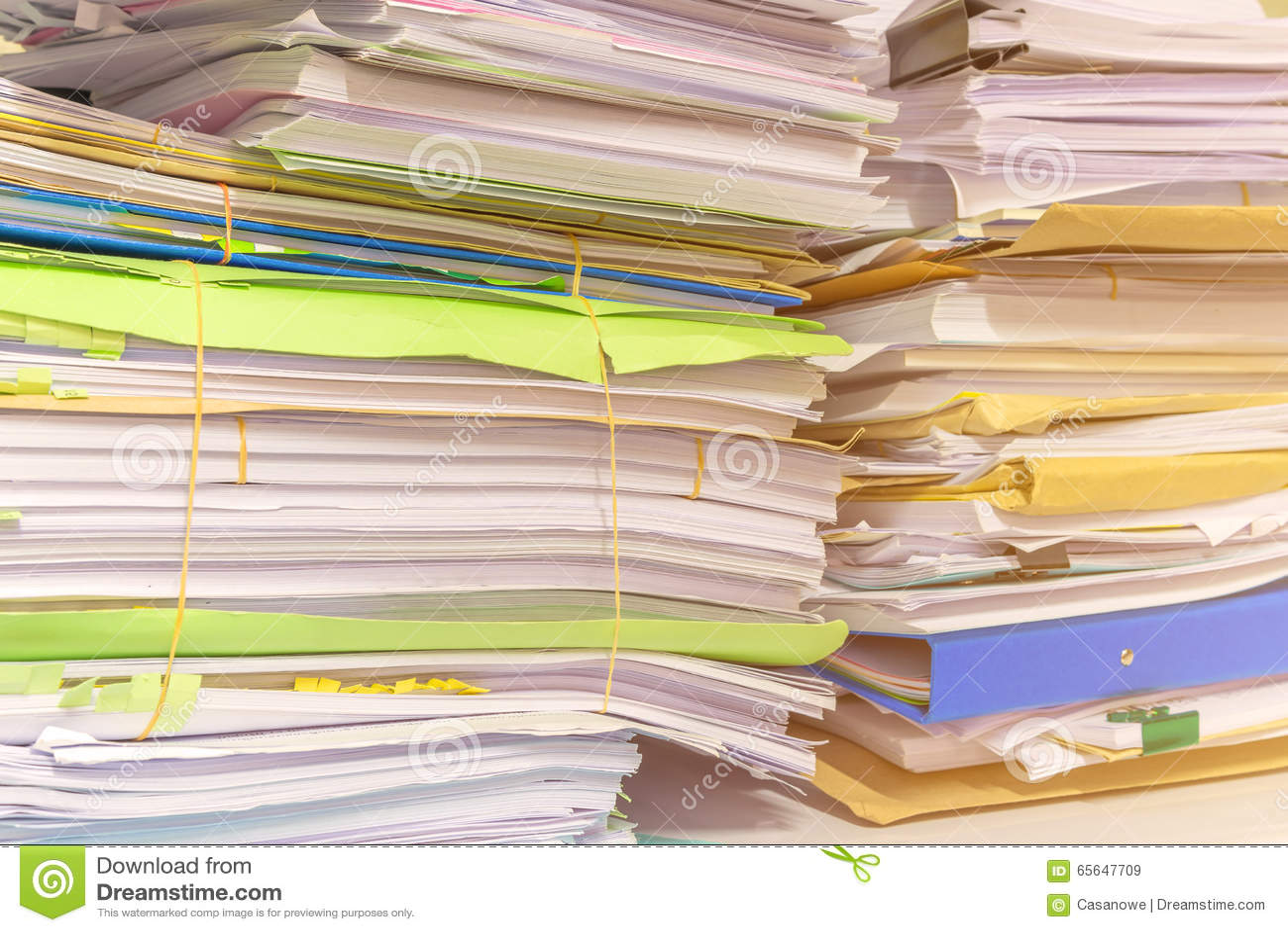 La pile des documents sur le bureau empilent haut l attente à contrôler