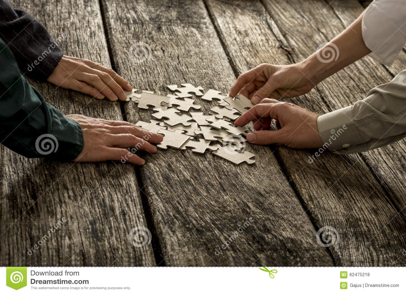 La pile des morceaux de puzzle se trouvant sur le bureau en bois