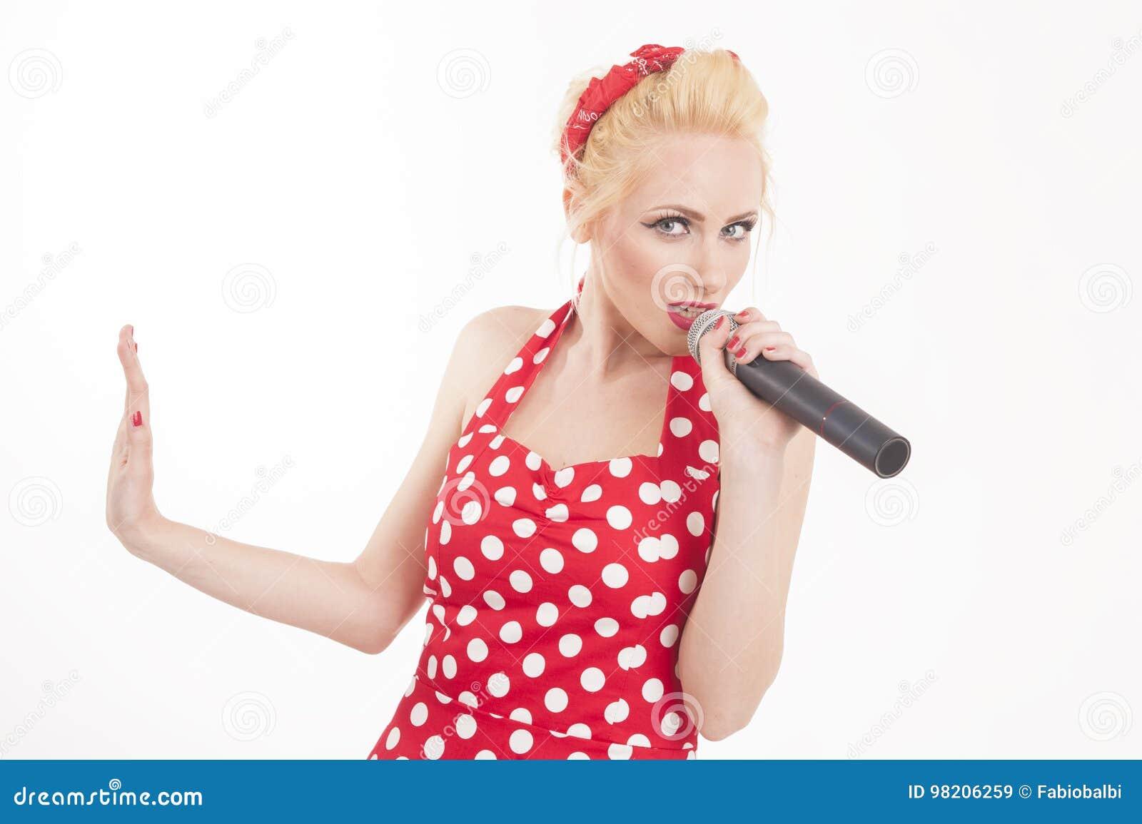 La pin-up canta la stella che convince un mic