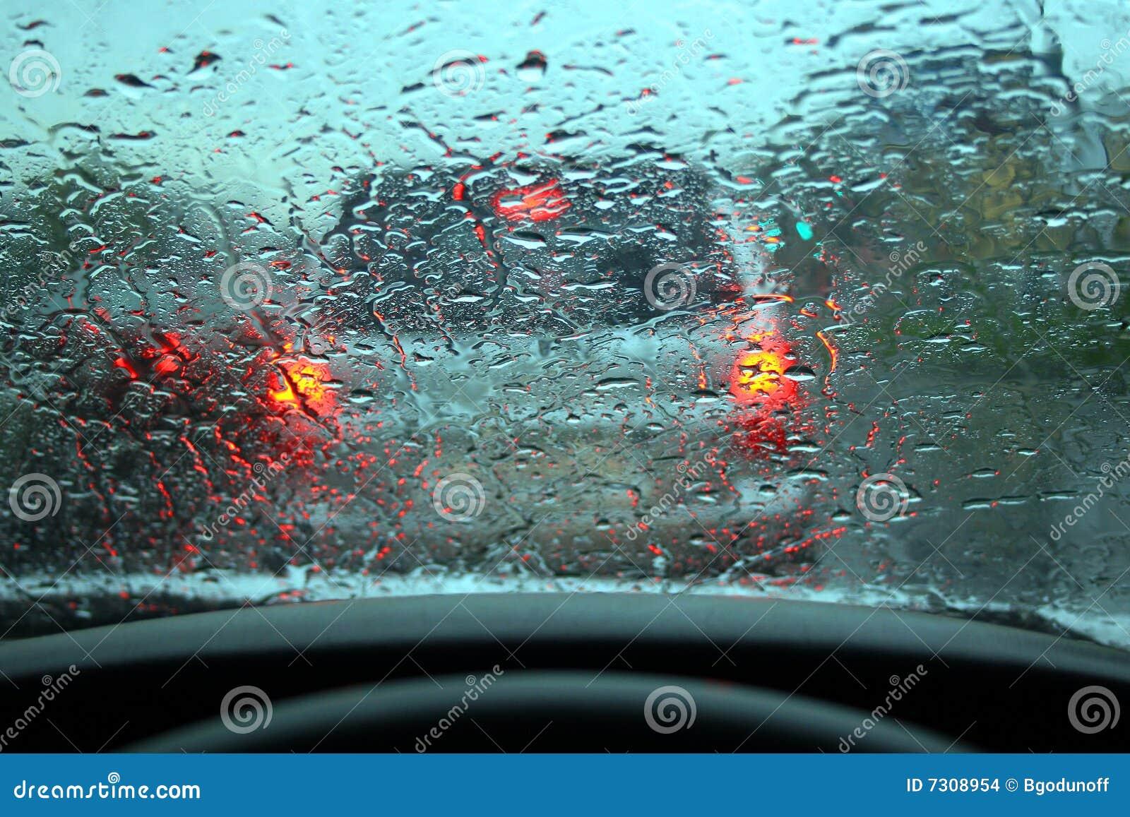 La pioggia ha gocciolato su vetro