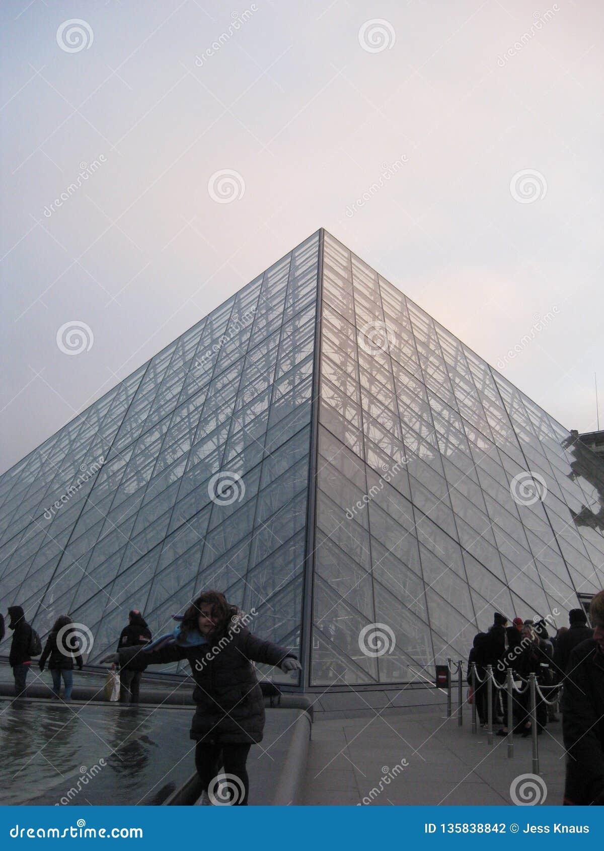 La piramide di vetro fuori del museo del Louvre, Parigi