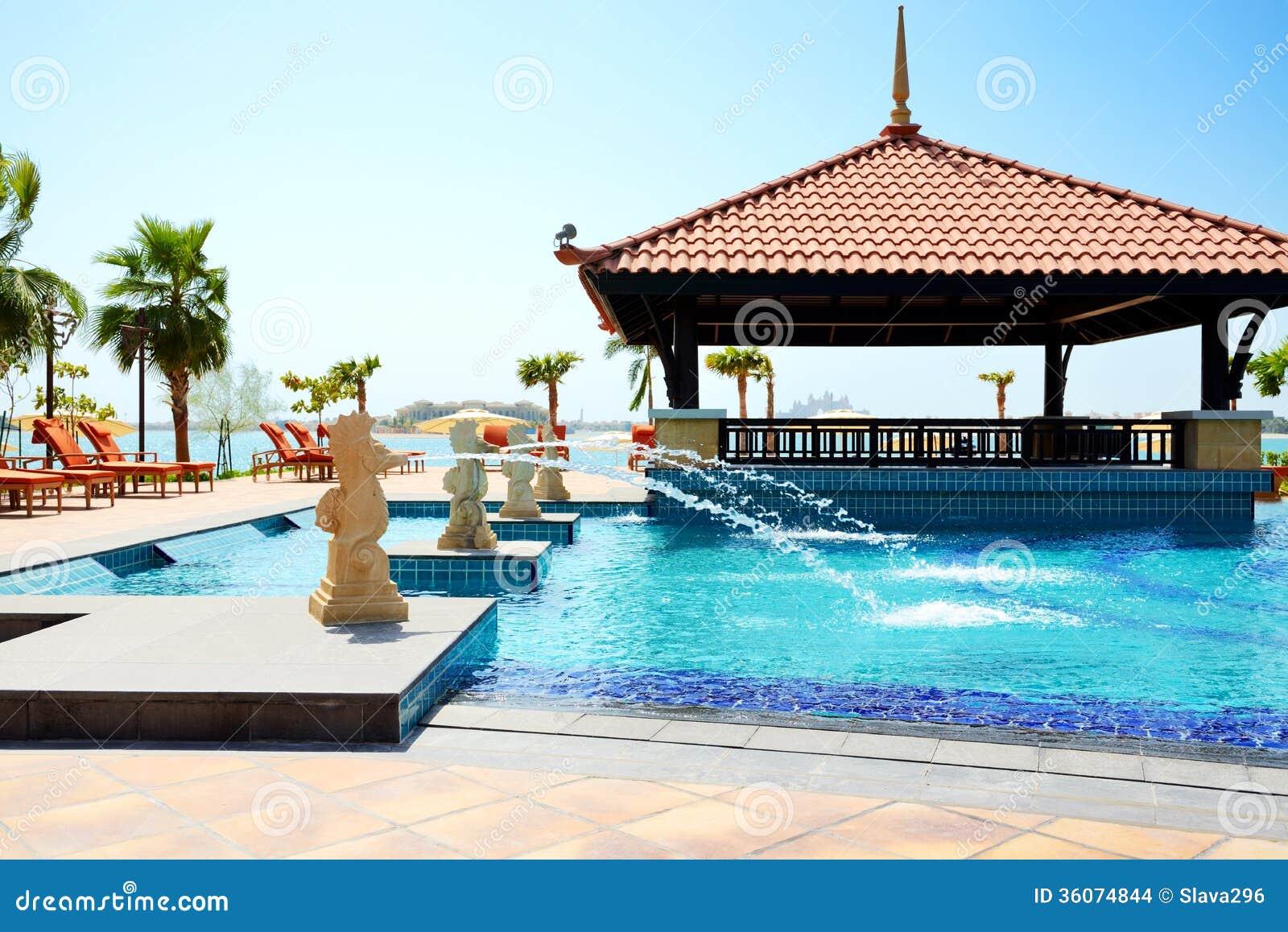 La piscina cerca de la playa en hotel tailand s del estilo for Follando en la piscina del hotel