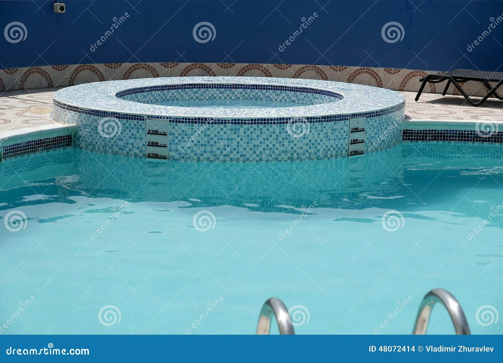 La piscina en el tejado del hotel foto de archivo imagen for Fotos en la piscina