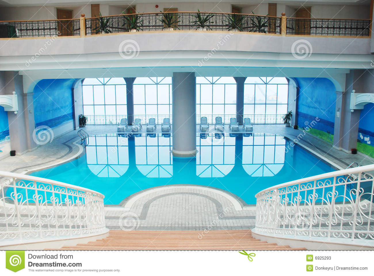 La piscine d 39 int rieur image stock image du natation for Prix piscine interieur