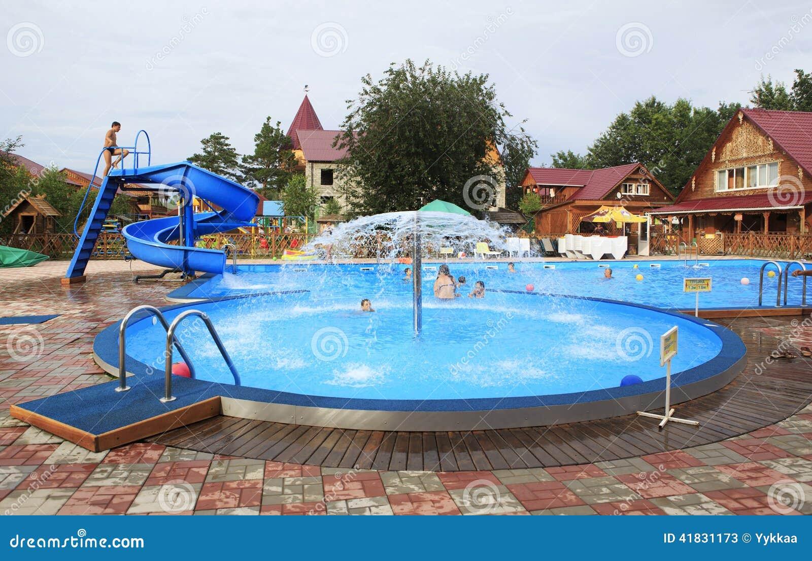 La Piscine Des Enfants Avec Une Fontaine Et Une Glissiere Photo