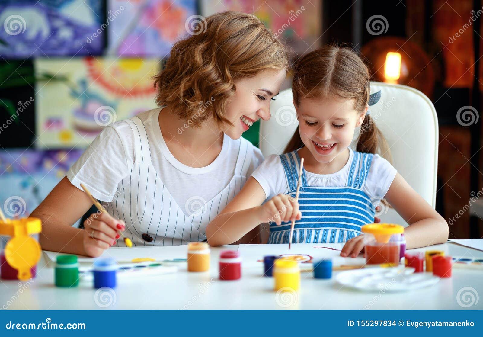 La pittura della figlia del bambino e della madre assorbe la creatività nell asilo