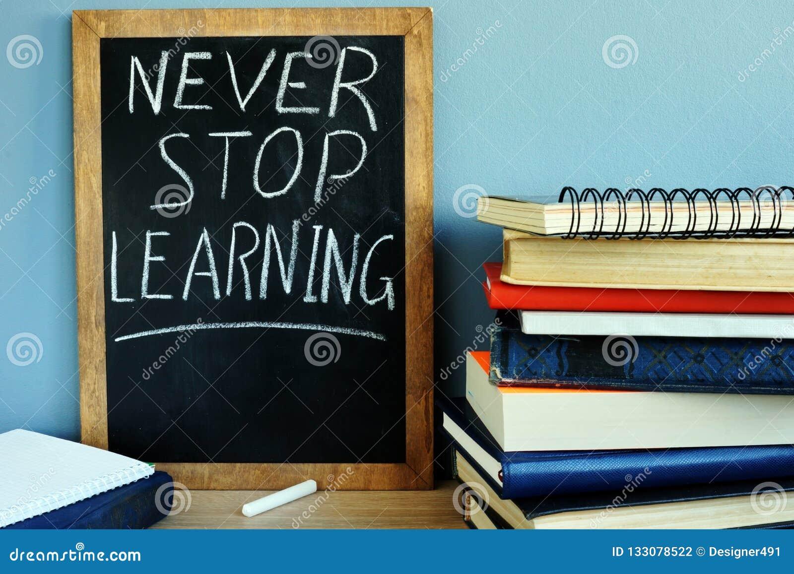 La pizarra con nunca para el aprendizaje y los libros