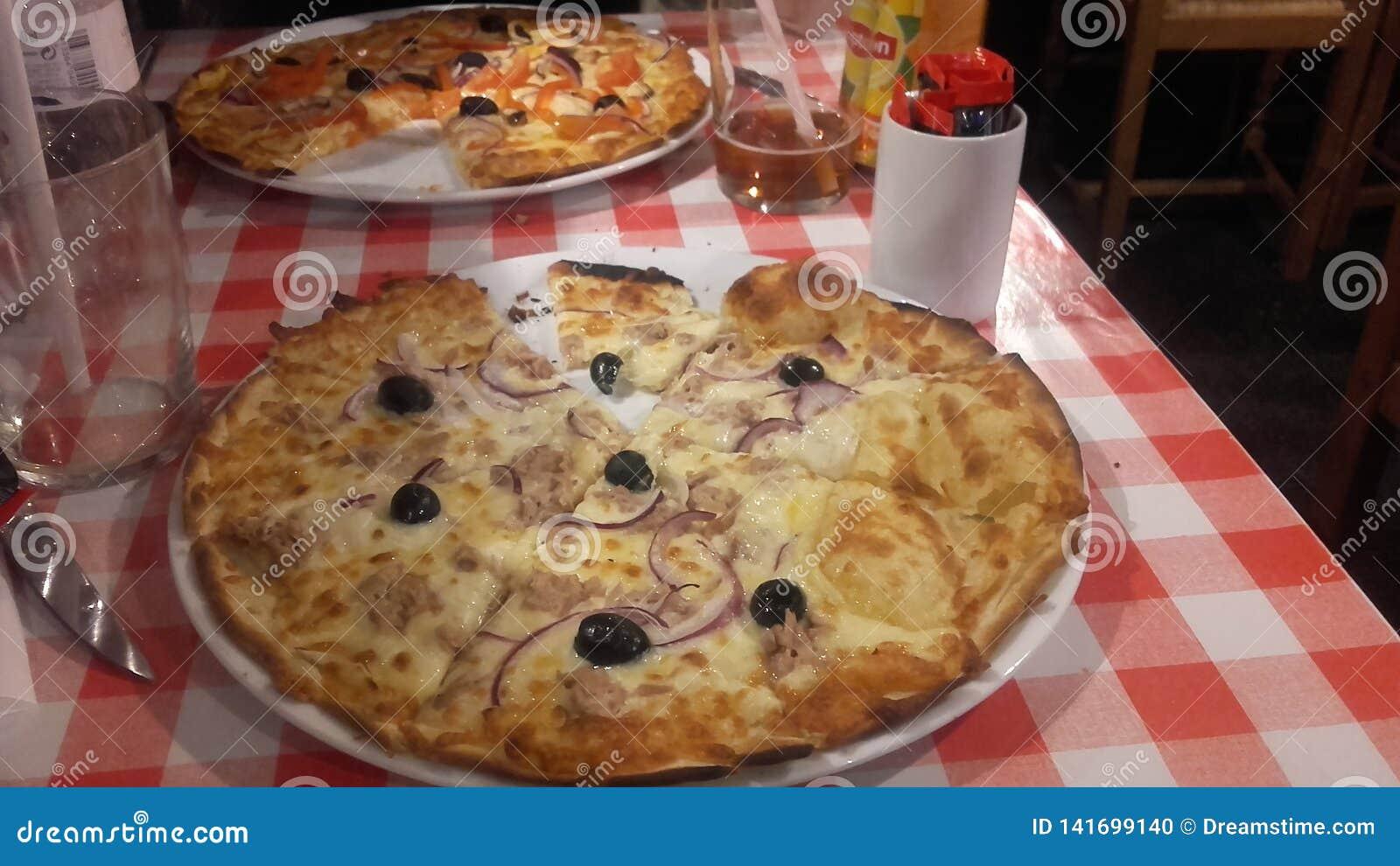 La pizza del ristorante italien l alimento