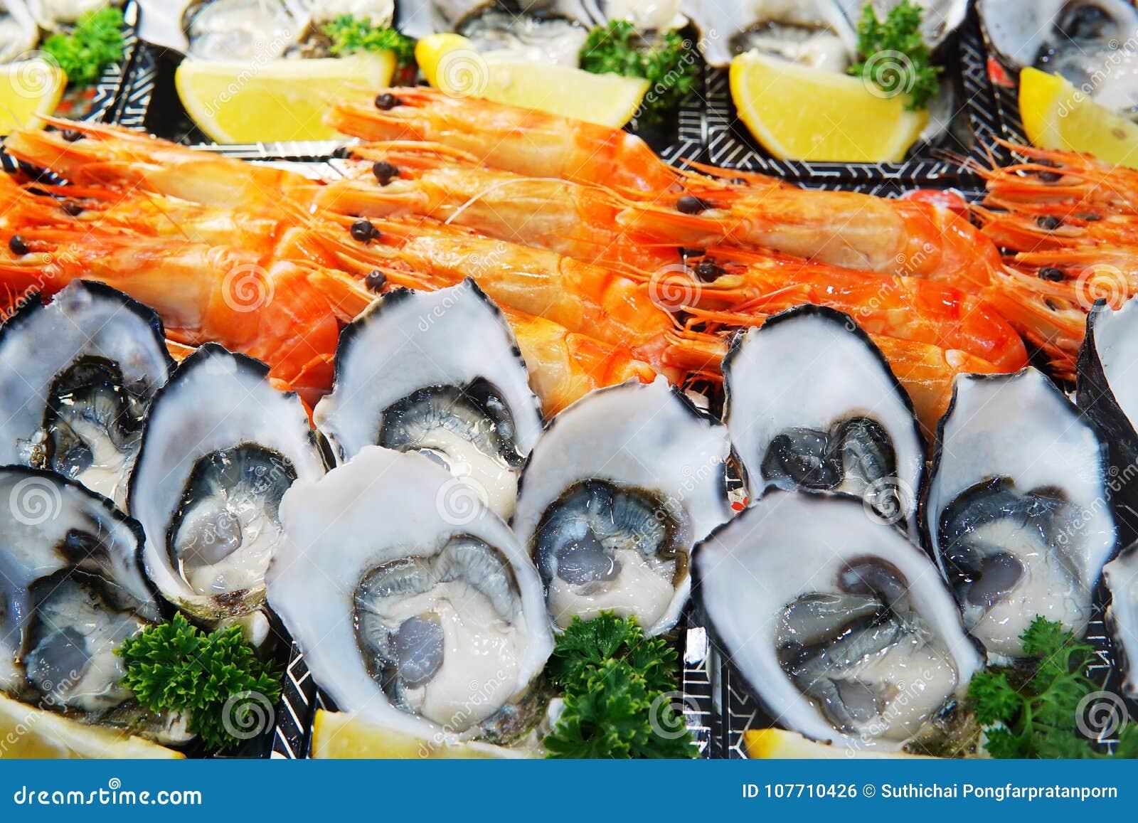 La placa de los mariscos fijó en el hielo que vendía en el mercado Ciérrese encima del detalle en s
