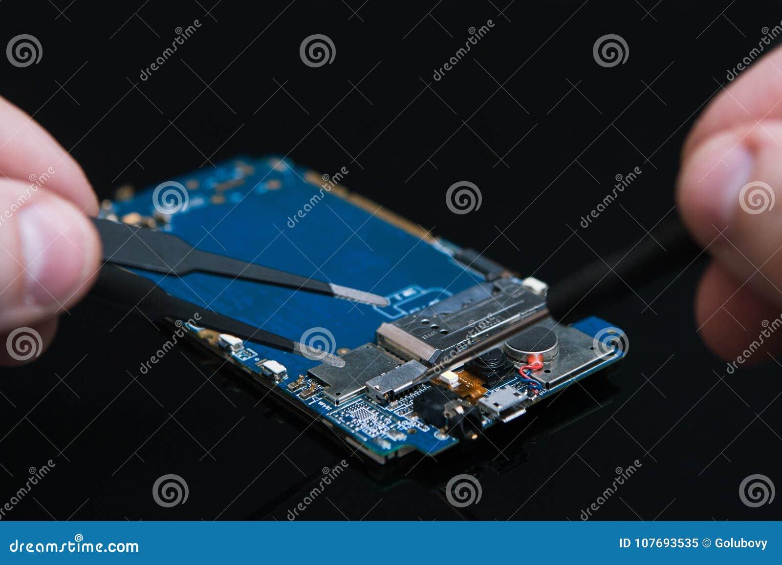 La placa madre repara los teléfonos de los artilugios de la reparación
