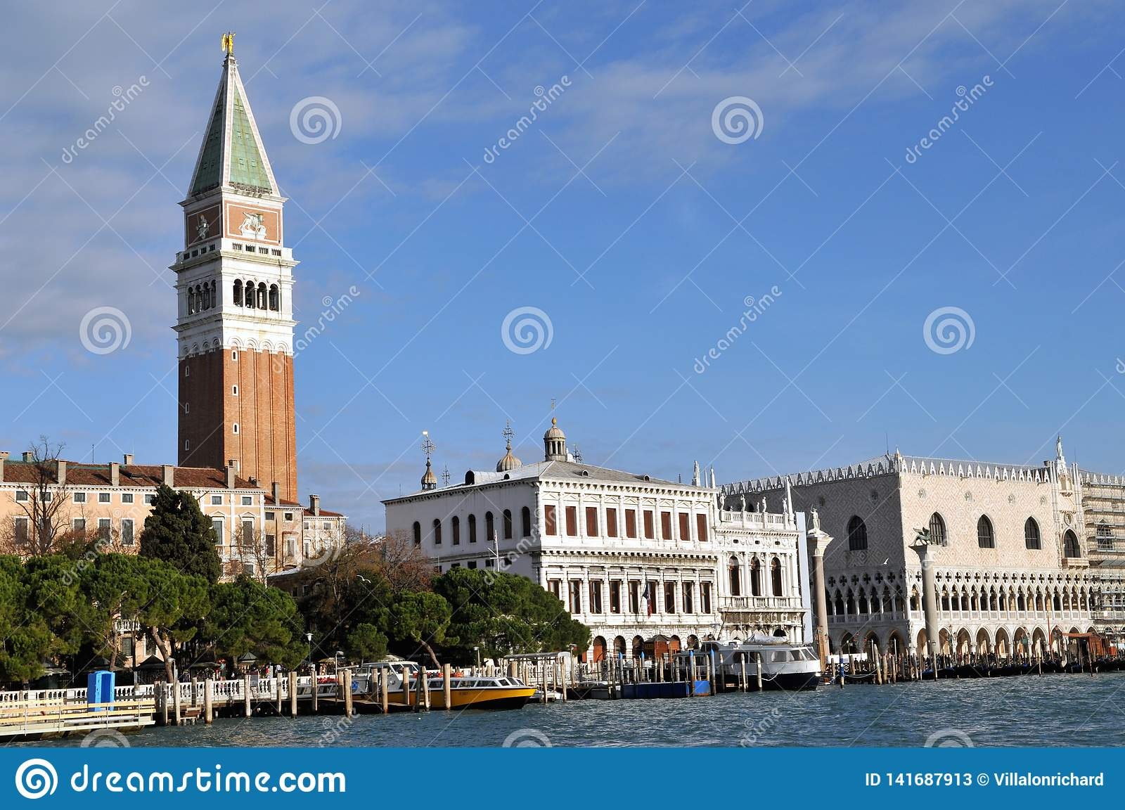 La place de St Mark avec le campanile à Venise, Italie