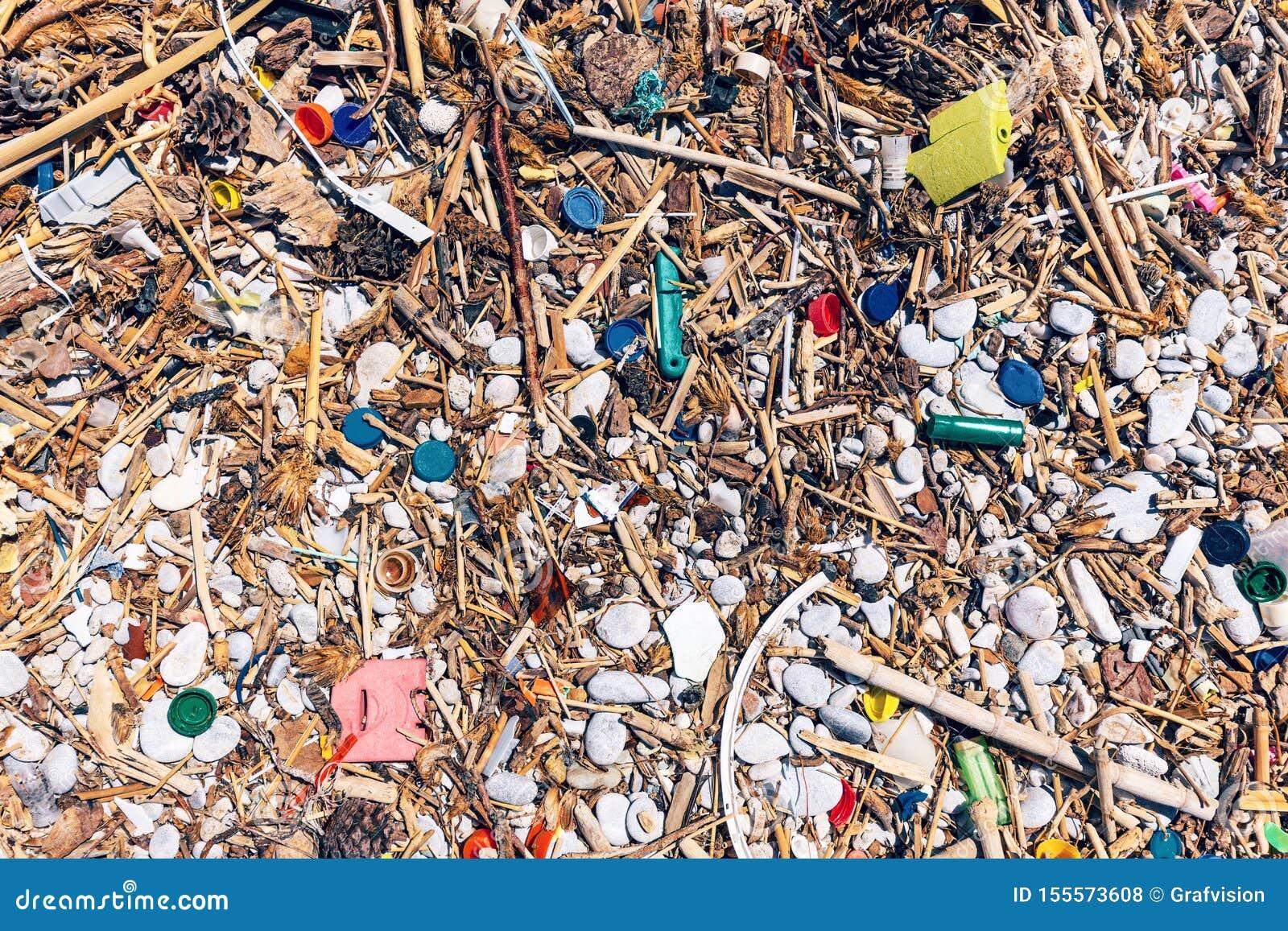 La plage a complètement pollué