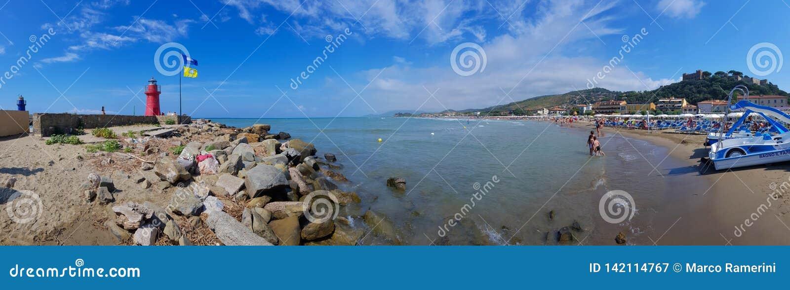 La plage du della Pescaia de Castiglione avec les phares et le château, Toscane, Italie