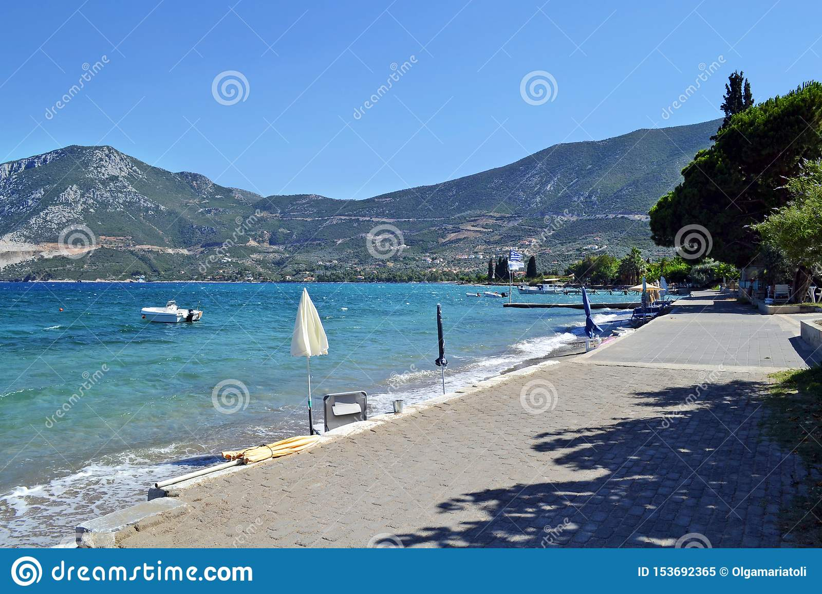 La plage submergée de ville près d Epidavros
