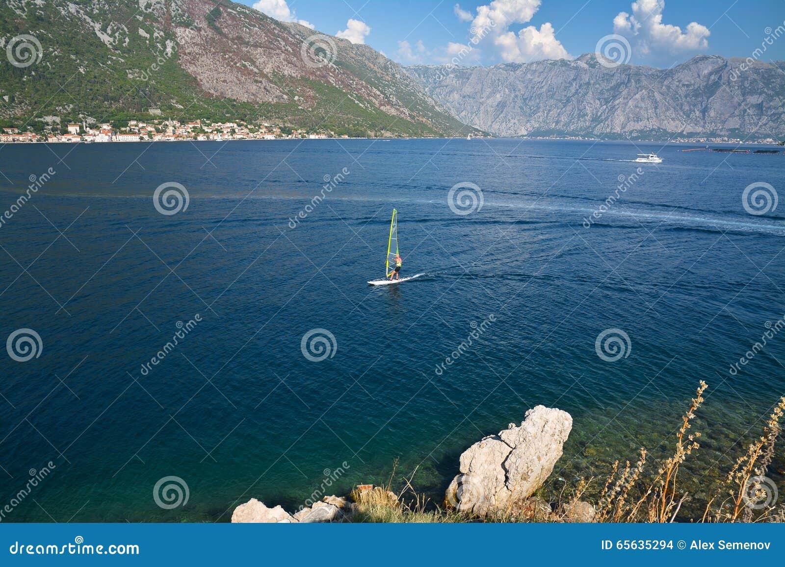 La planche à voile croise la baie de Kotor