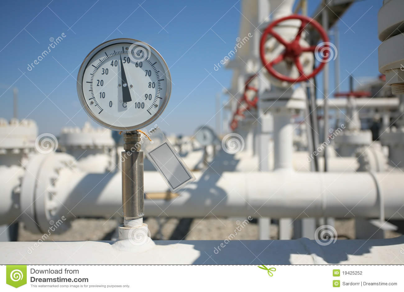 La planta de tratamiento de petróleo y del gas con el tubo alinea el va