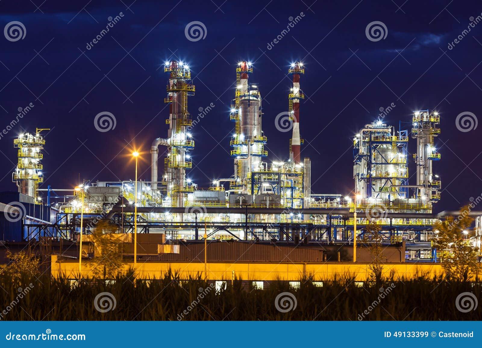 La planta petroquímica de la refinería de petróleo brilla