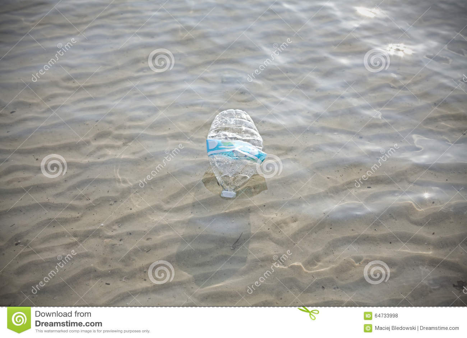 La plastica imbottiglia l acqua di mare bassa, raggiro dell inquinamento ambientale