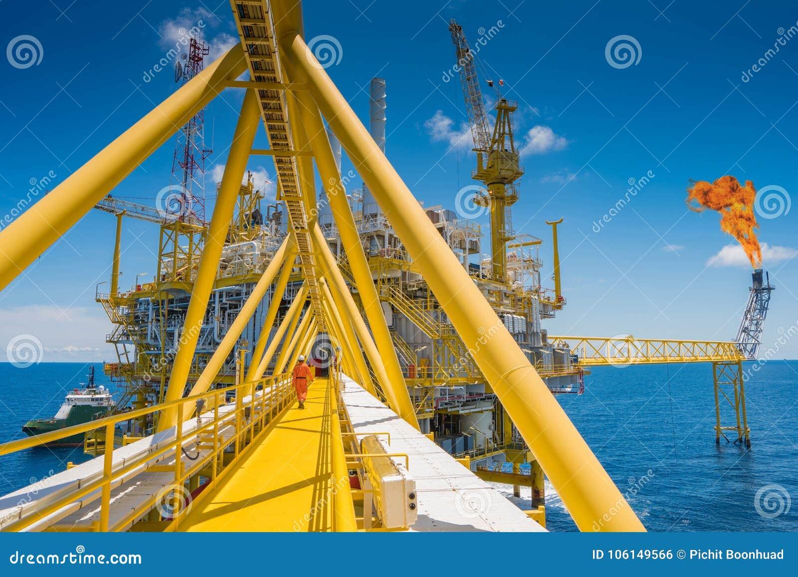 La plataforma de proceso central del petróleo y gas costero en el golfo de Tailandia produjo el gas natural y el condensado líqui