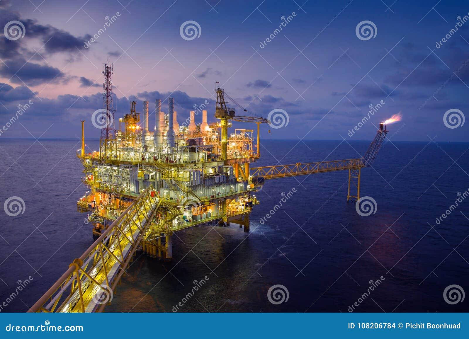 La plataforma de proceso central del petróleo y gas costero produjo el gas y el petróleo bruto después envió a la refinería terre