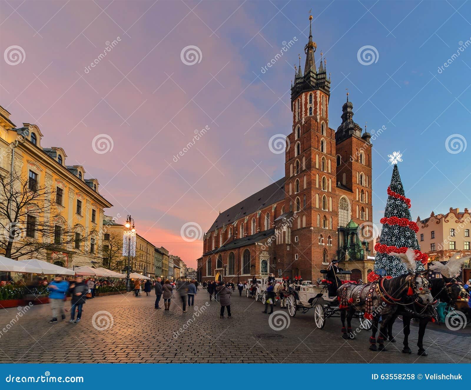La plaza del mercado de la ciudad vieja en Kraków adornó por el christm