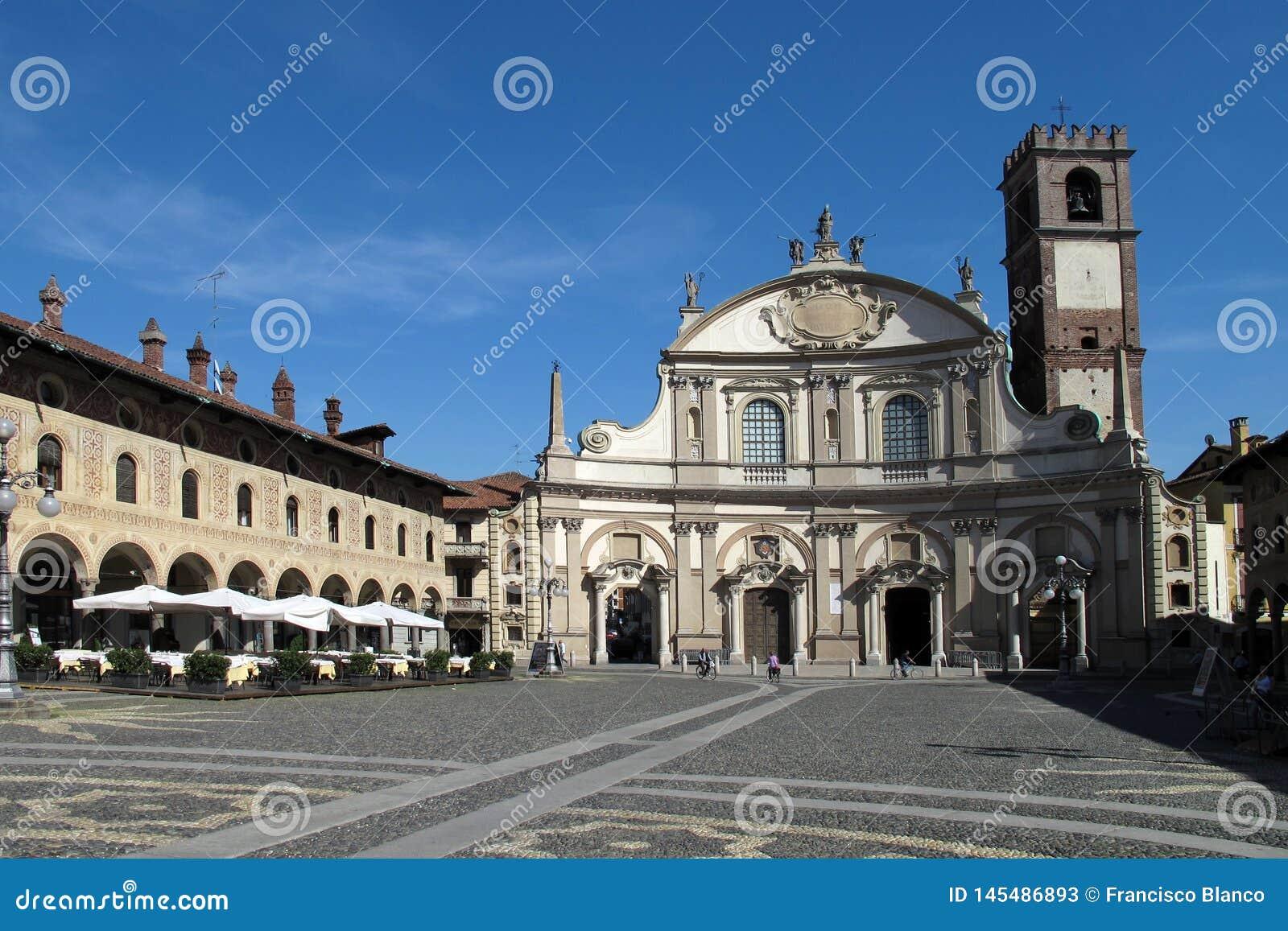 La plaza Ducale y catedral de Vigevano en Vigevano, Italia