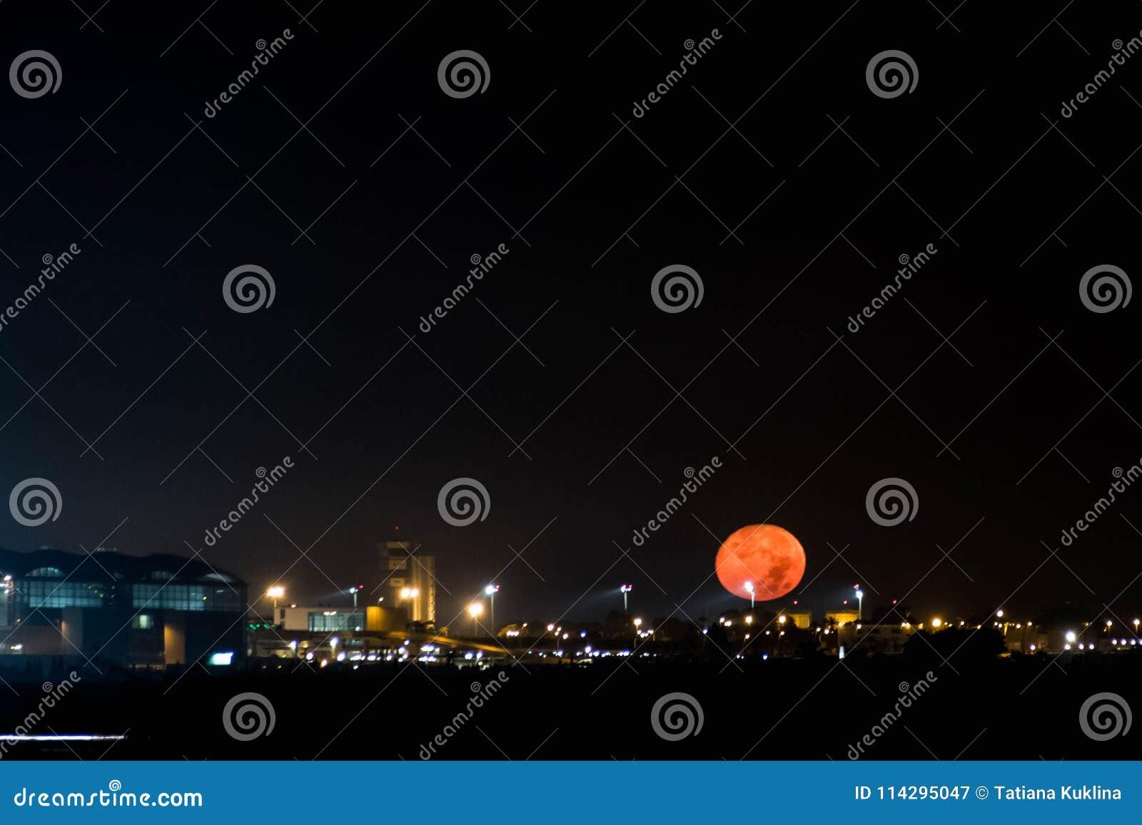 La pleine lune accroche dans le ciel noir