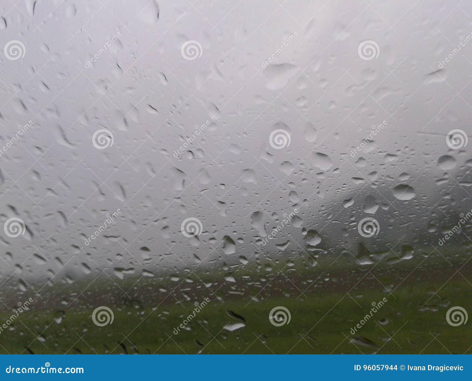 La pluie laisse tomber le verre de vue de fenêtre de voiture