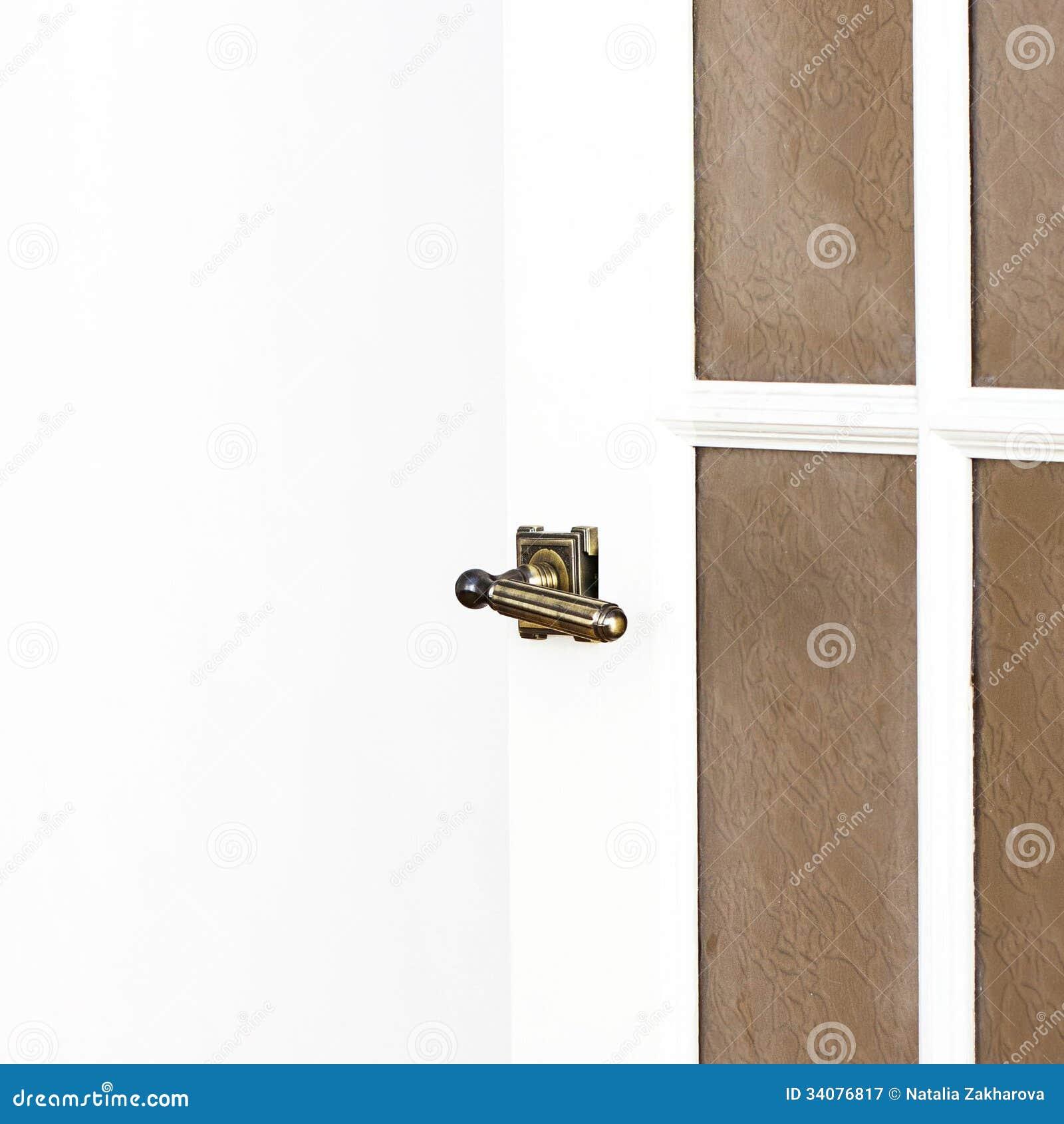 La poign e de porte en laiton sur la porte blanche avec le for La poignee de porte