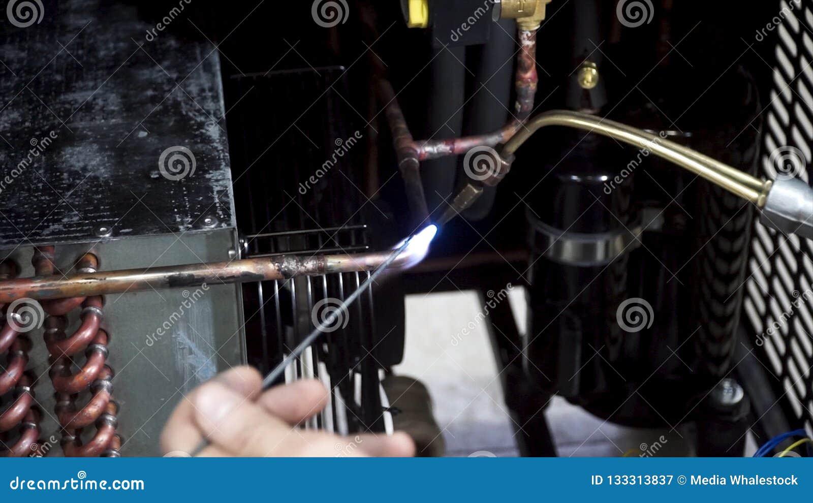 La poignée pendant les utilisations de procédé de soudure incendient pour faire le plan rapproché d étincelles pendant la fabrica